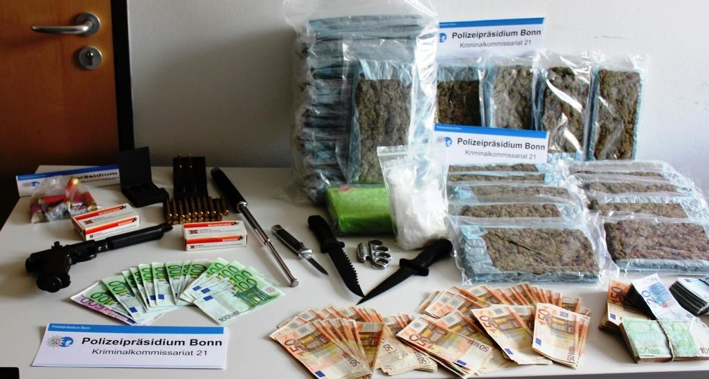 sichergestellte Drogen, Waffen und Bargeld | Foto: Polizei Bonn