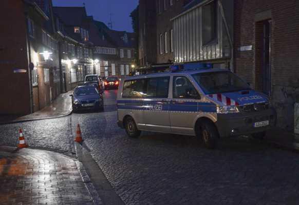 Einsatzkräfte an der Bar in Stade | Foto: © Polizei