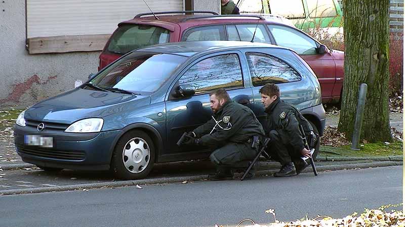Polizeibeamte bei einer Festnahme | Symbolfoto: © Karsten John