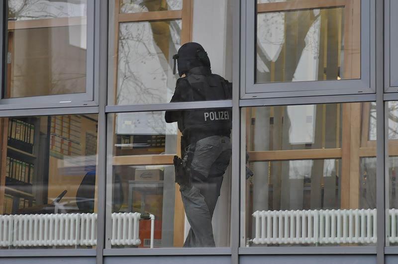 Ein SEK-Beamter durchsucht eine Schule | Symbolfoto: © Karsten John