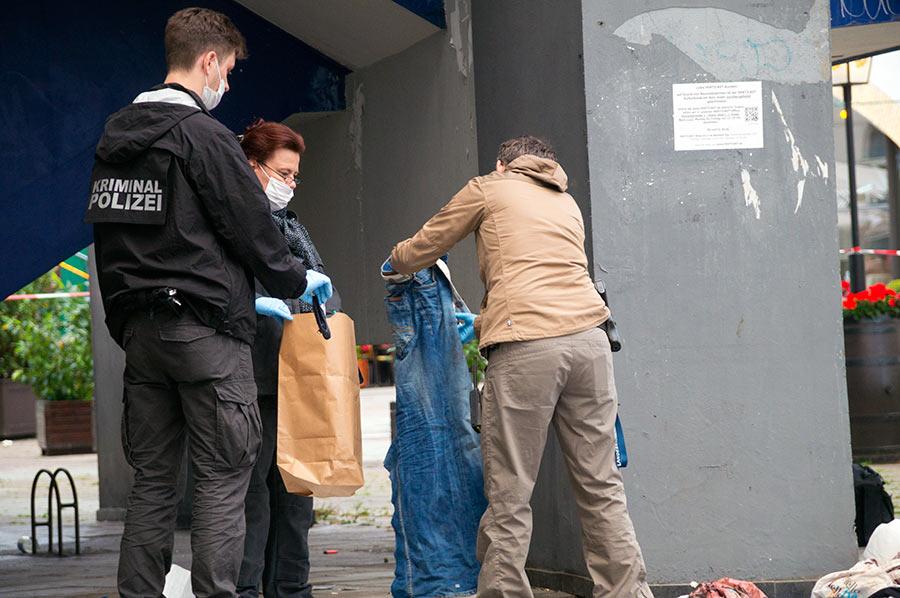Ermittler der Mordkommission sichern Spuren am Tatort | Foto: © Tomas Moll