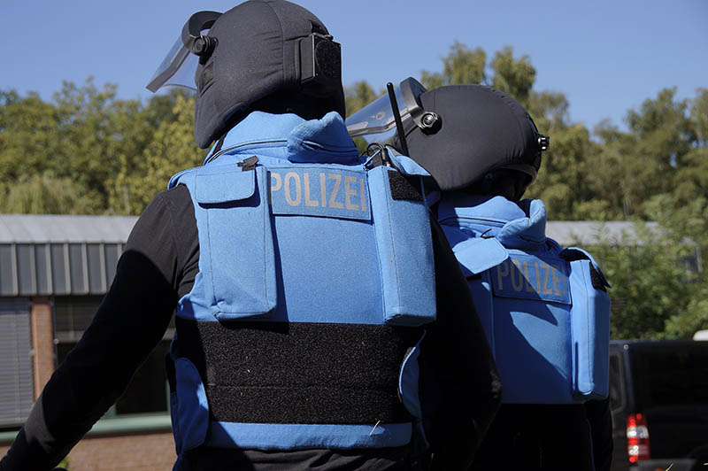 Angehörige einer Verhandlungsgruppe mit blauen Schutzwesten in Anlehnung an die UN-Friedenstruppen | Symbolfoto: © Tomas Moll