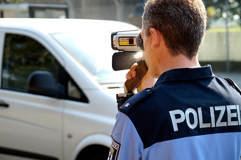 Ein Polizeibeamter kontrolliert in Berlin die Geschwindigkeit der Fahrzeuge | Foto: © Tomas Moll