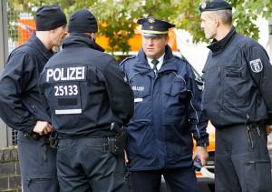 Polizeisprecher Stefan Redlich informiert sich über den aktuellen Stand | Foto: © Tomas Moll