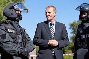 NRW Innenminister Ralf Jäger im Gespräch mit SEK-Beamten | Foto: © Tomas Moll - Archiv