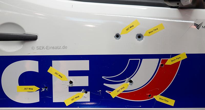 Durchschlagskraft verschiedener Projektile bei einer Autotür | Foto: © Tomas Moll