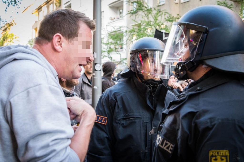 und die Polizisten abhauen sollen.
