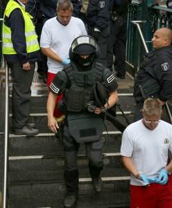 Einsatzkräfte des SEK auf dem Weg zur U-Bahn | Foto: © Thomas Schröder