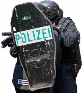 SEK Kräfte mit Schutzschild | Foto: © Tomas Moll