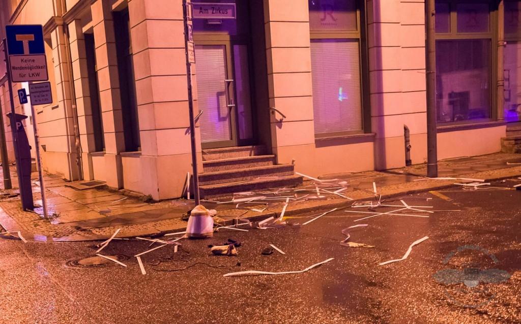 Am späten Abend nach dem SEK Einsatz liegen immer noch Gegenstände auf der Straße | Foto: © Tomas Moll