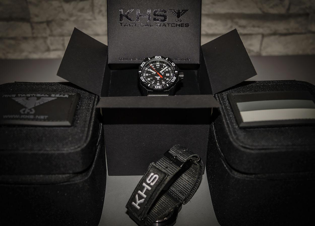 Die Lieferung der KHS Reaper erfolgt in einem Karton. Im Vordergrund ein Natoarmabnd X|TAC mit KHS Patch | Foto: © SEK-Einsatz.de