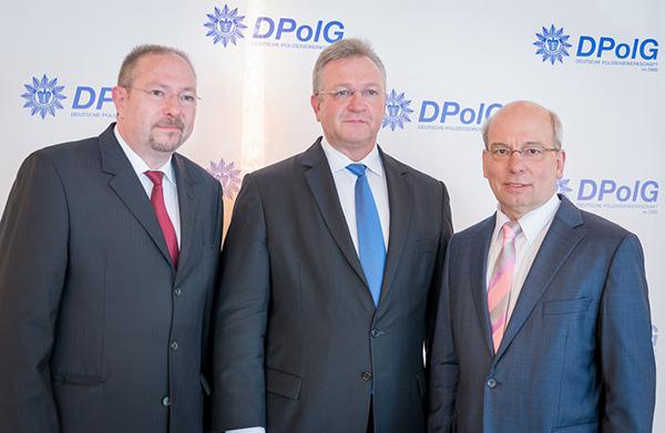 Landesvorsitzender Bodo Pfalzgraf, Innensenator Frank Henkel und Gewerkschaftschef Rainer Wendt (v.l.) | Foto: Archiv / © Tomas Moll
