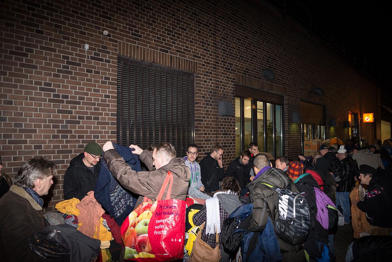 Die Deutsche Polizeigewerkschaft (DPolG) organisierte am 26.01.2016 die Aktion Hilfe für Obdachlose und verteilte Essen und Kleidung an der Bahnhofsmission am Zoo in  Berlin. Foto: © Tomas Moll