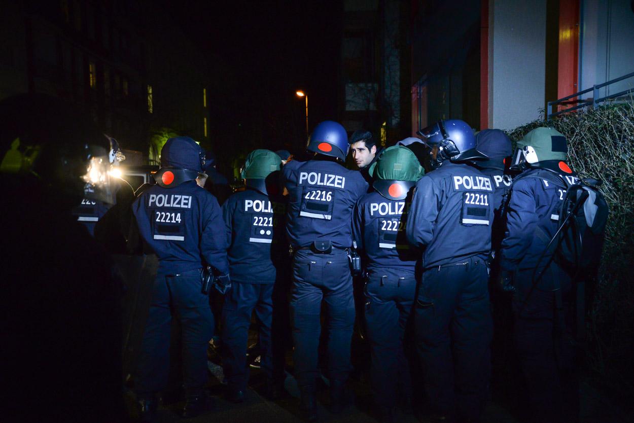 Sympathisanten versuchen eine Polizeiabsperrung zu durchdringen | Foto: © Tomas Moll