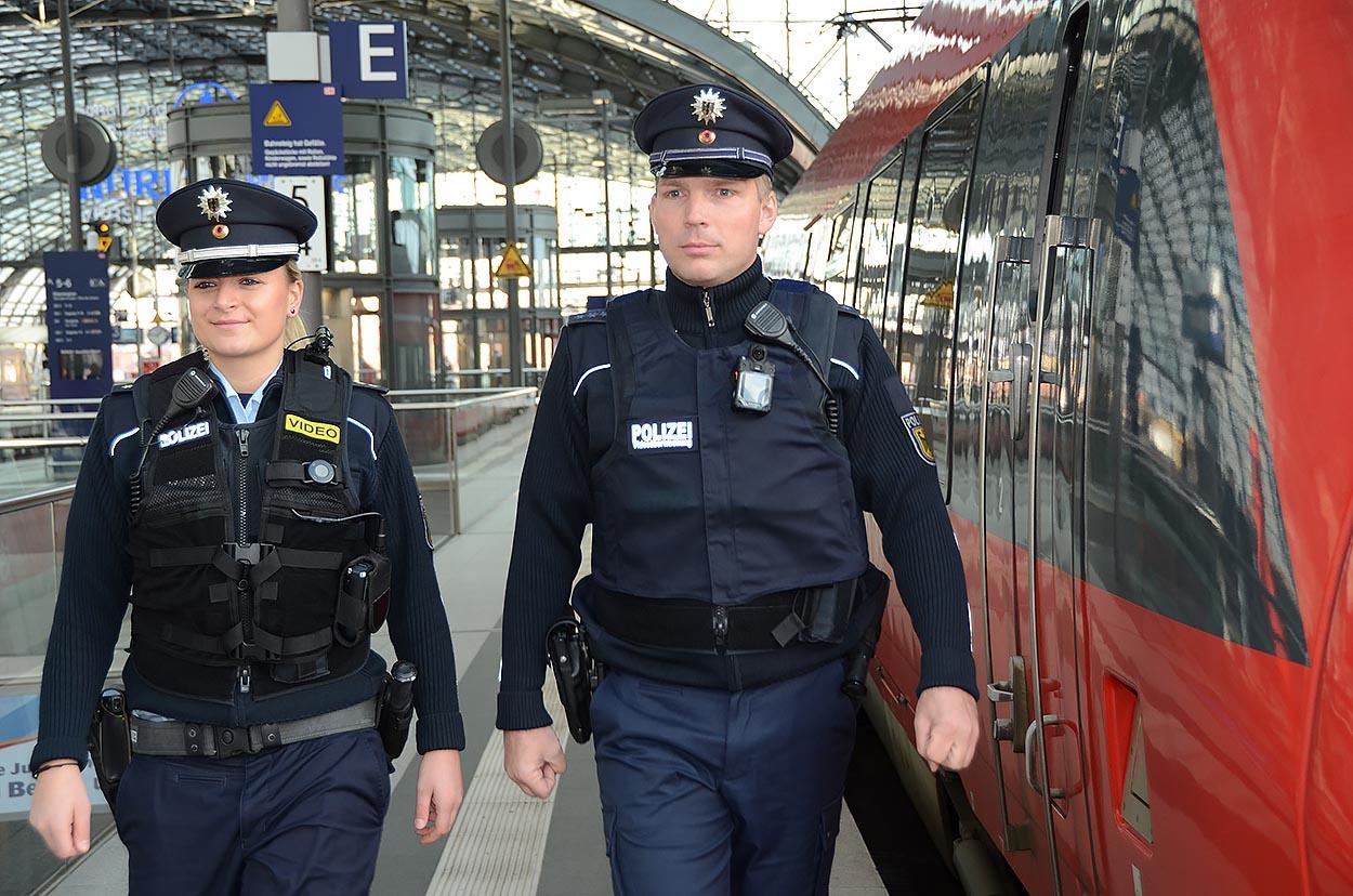 Bundespolizisten am Berliner Hauptbahnhof mit Bodycam | Foto: © BPol