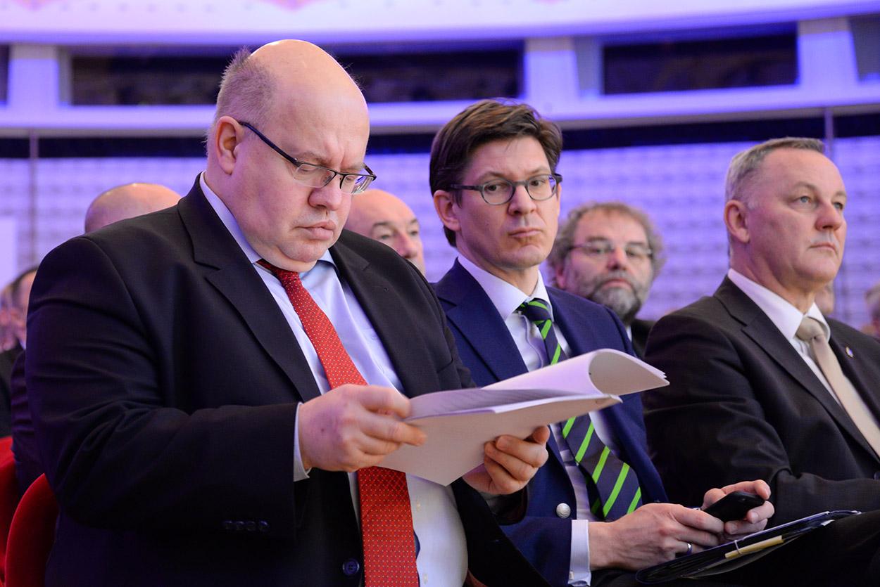 Bundesminister Peter Altmaier und Staatssekretär Ole Schröder (v.l.), am 23.02.2016 auf dem Europäischen Polizeikongress. | Foto: © Tomas Moll