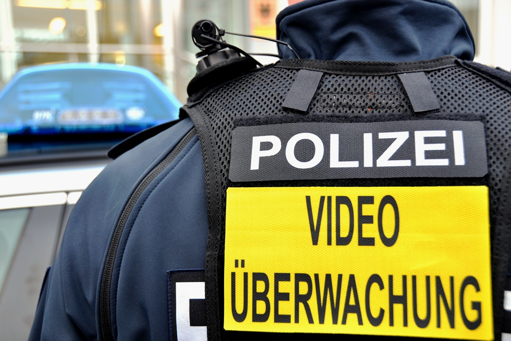 BPol Beamter mit Bodycam | Foto: © BPol