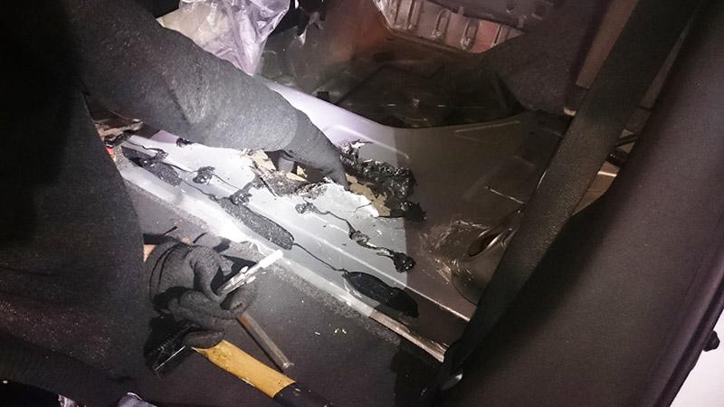 Erst durch das gewaltsame Öffnen des Kofferraumbodens kommt das Haschisch zum Vorschein | Foto: Zoll
