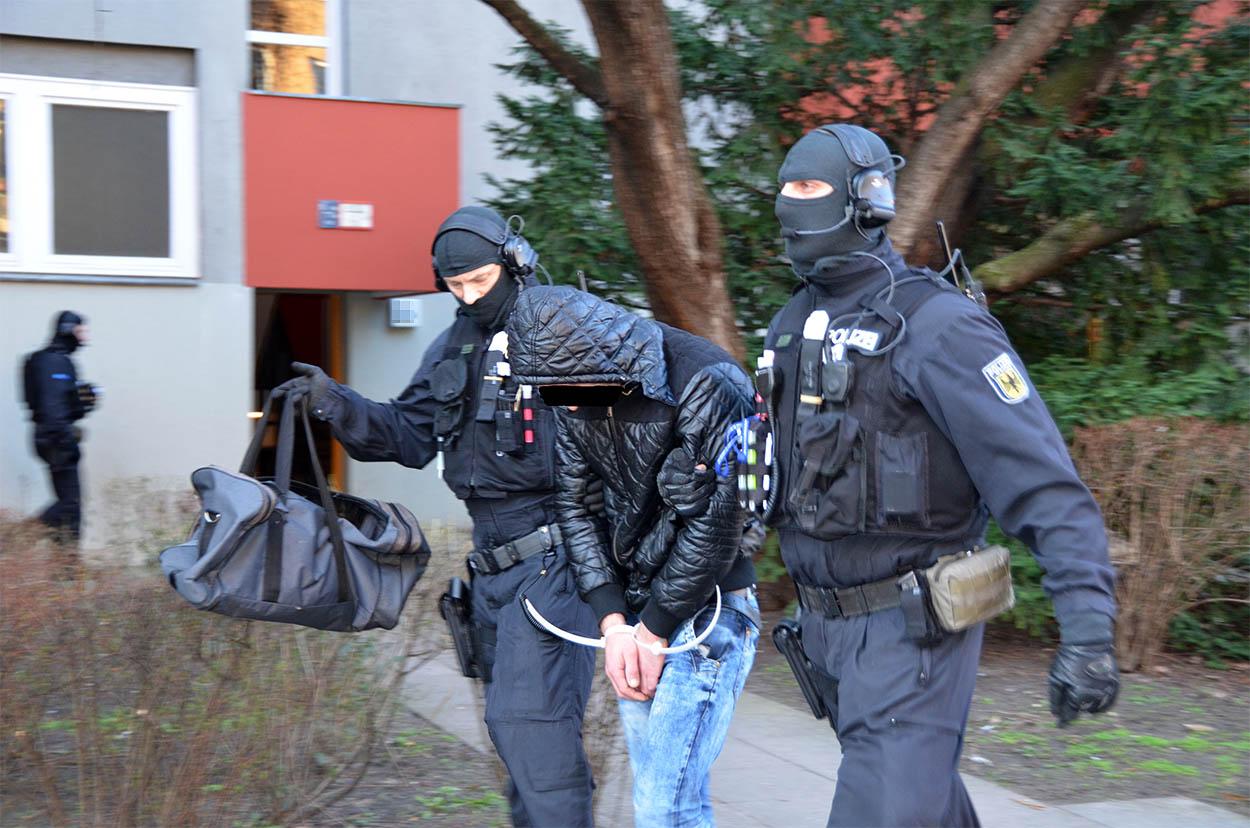 Spezialkräfte der Bundespolizei führen einen Verdächtigen ab | Foto: © Bundespolizei