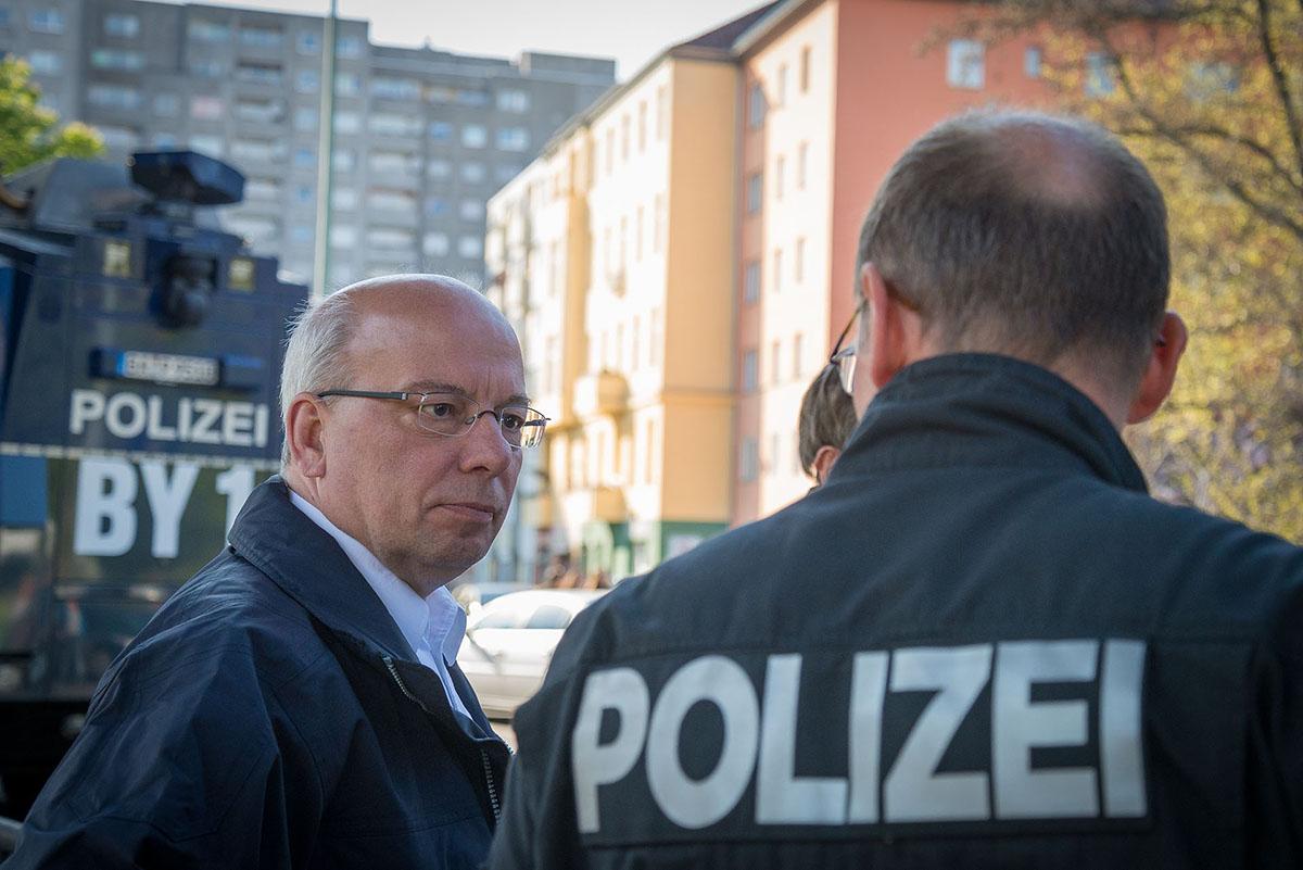 Der Bundesvorsitzende der Deutschen Polizeigewerkschaft (DPolG) Rainer Wendt im Gespräch mit Polizeikräften aus Bayern am 01. Mai in Berlin. Foto: © Tomas Moll