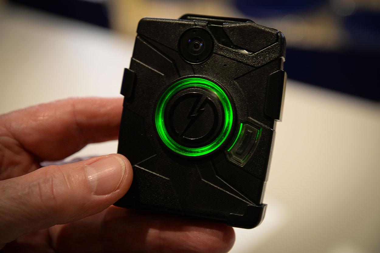 Eine Brustkamera der Firma AXON - das grüne Licht signasiliert die aktuelle Aufnahme | Foto: © Tomas Moll