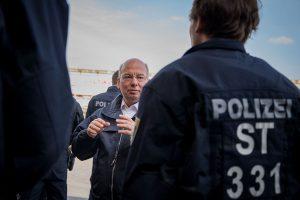 Bundesvorsitzender der DPolG Rainer Wendt im Gespräch mit Polizeibeamten | Foto: Archiv © Tomas Moll