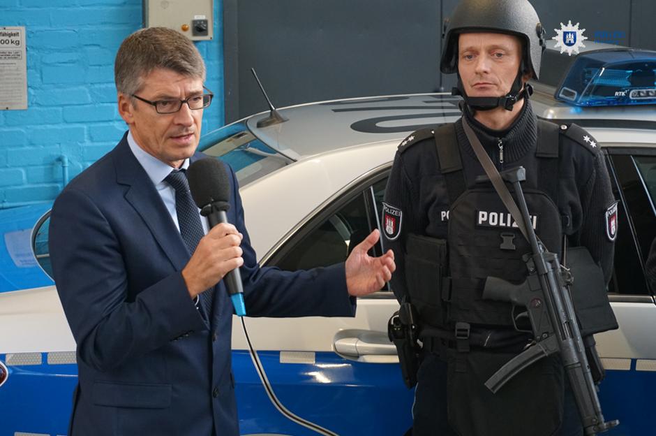 Polizeipräsident Ralf Martin Meyer präsentiert das neue Schutzkonzept für Streifenwagenbesatzungen | Foto: Polizei Hamburg