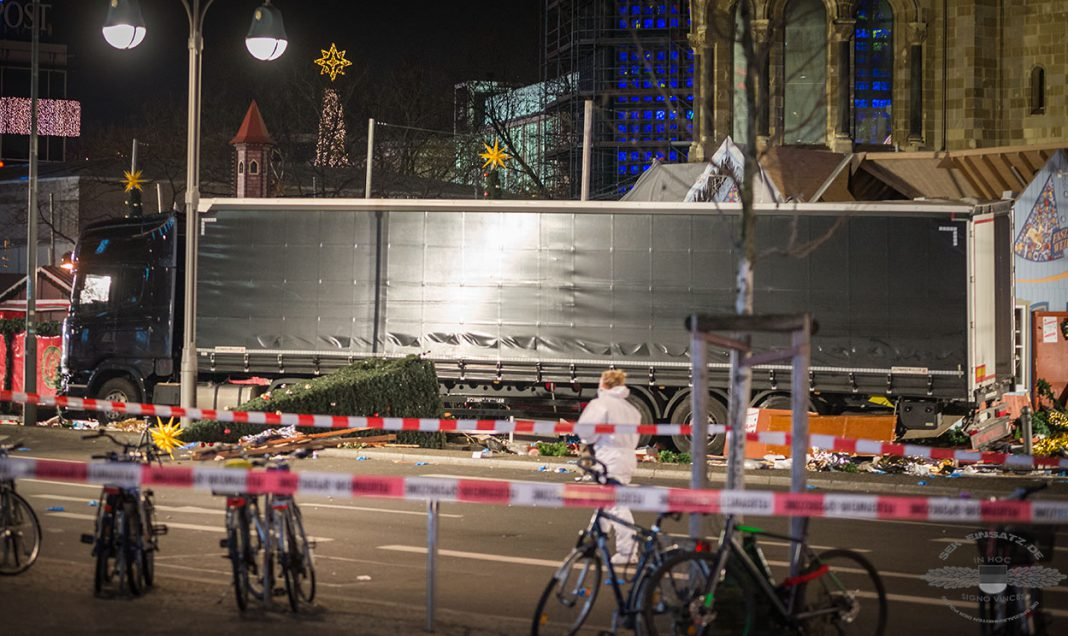 terroristischer anschlag lkw rast auf weihnachtsmarkt sek einsatz. Black Bedroom Furniture Sets. Home Design Ideas