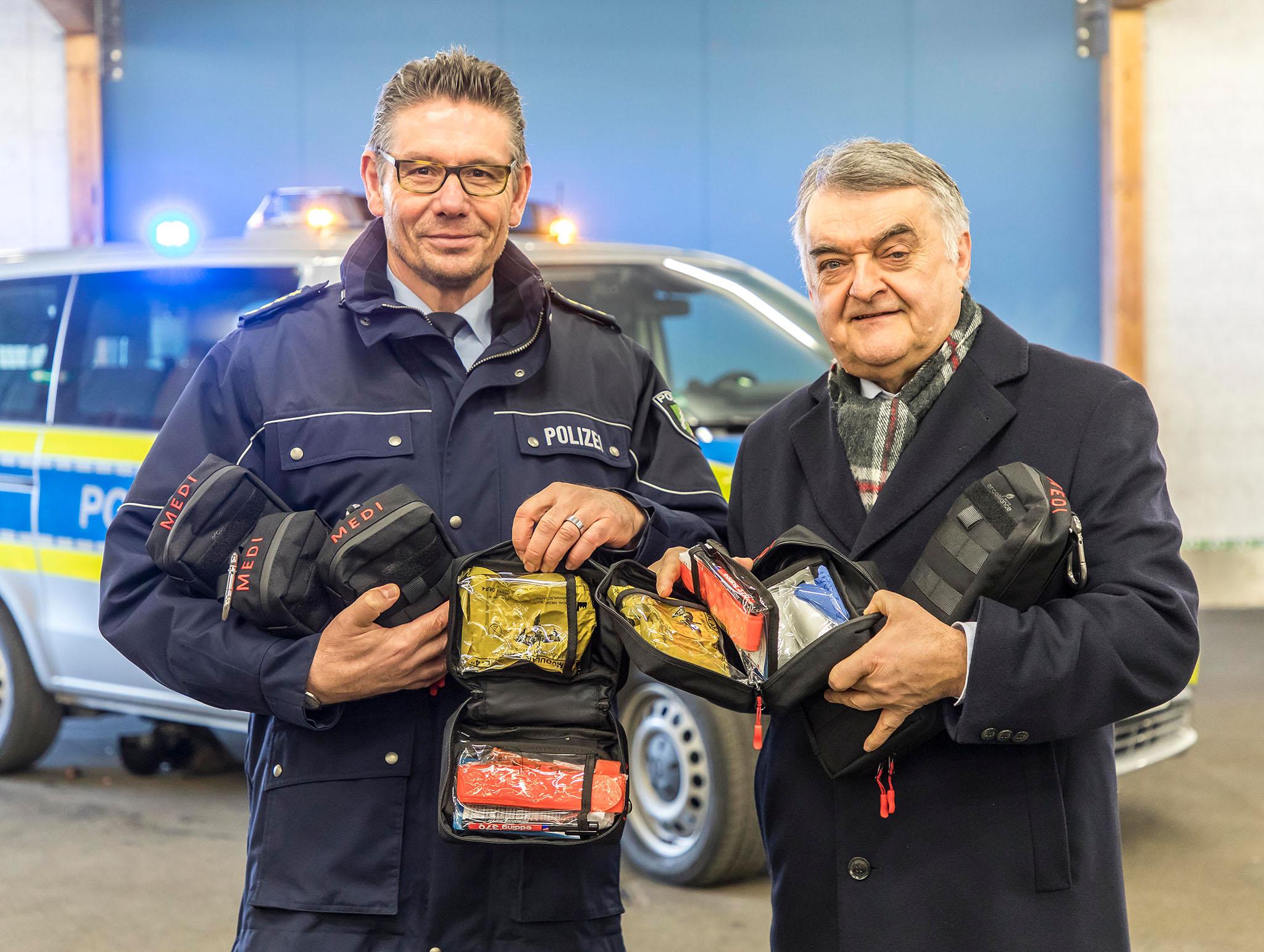medipack bergabe in dsseldorf foto jochen tack - Polizei Nrw Bewerbung